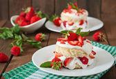 Sponge cake with cream and strawberries — Stock Photo