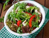 Salade met rucola, kip, sla en kaas — Stockfoto