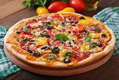 Пицца с салями, помидор, сыр и оливки — Стоковое фото