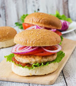 Sabrosas hamburguesas con pollo y verduras — Foto de Stock