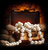 Chest with  pearl necklace — Stock Photo