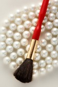 Make up brush on pearls — Стоковое фото