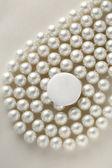Blank round badge on pearls — Стоковое фото