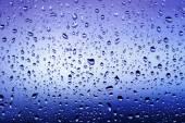 ウィンドウに冷たい雨の滴 — ストック写真