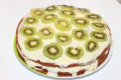 Beautiful cake with kiwi and bananas  — Stock Photo