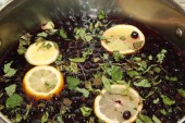 Chernoplodki compote with lemon and mint — Stock Photo