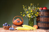 Flowers from the garden, fruit and wooden barrel — ストック写真