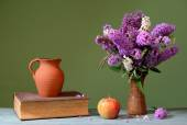 Budleja in a ceramic vase, apple and books — Stock Photo
