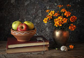 Flowers in a vase and fresh apples — Stock Photo