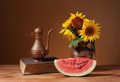 Girasoles en un jarrón y sandía fresca — Foto de Stock