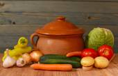 Colorfull vegetables and a ceramic pot — Stock Photo
