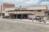 People in front of Galle railway station — Stock Photo