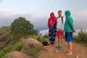 Turistas com guia local, no alto do morro olhando para a plantação de chá famoso e zona rural em ella — Fotografia Stock