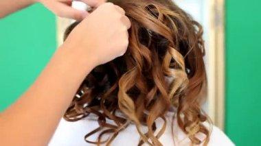 Stylist combing bride's hair — Stockvideo