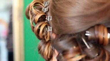 Stylist curling bride's hair — Stock Video