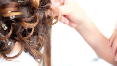 Stylist curling bride's hair — Stockvideo