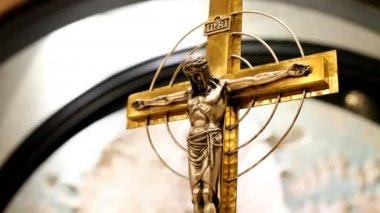 Golden crucifix in church — Stock Video
