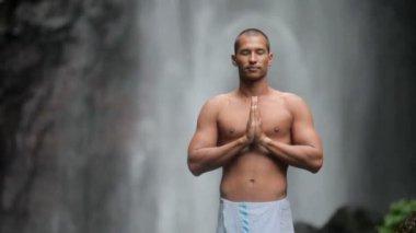 Man doing yoga under waterfall — Wideo stockowe