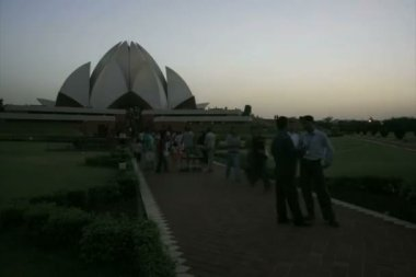 Tourists and devotees of Lotus Bahai temple — Stock Video