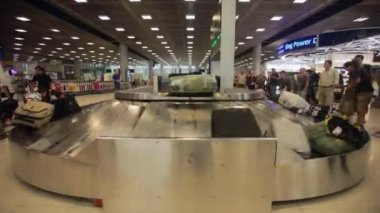 Passengers at baggage reclaim — Stock Video