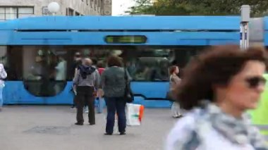 Crowds entering and exiting tramway — Stock Video