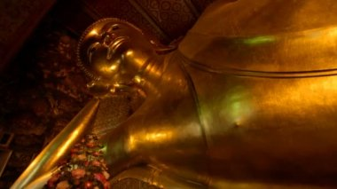 Reclining Buddha in Wat Pho temple — Stock Video