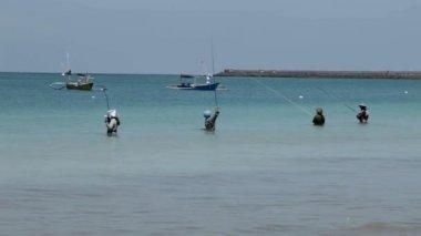 Line fishermen on Jimberan beach — Stock Video