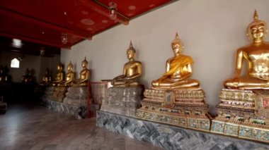 Buddha statues in Wat Pho temple — Stockvideo