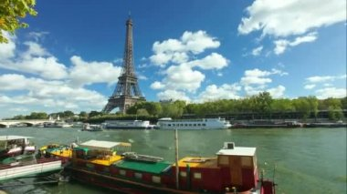 Boats on seine river and eiffel tower — Stock Video
