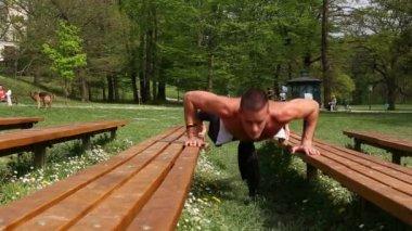 Man doing push ups on bench — Stock Video