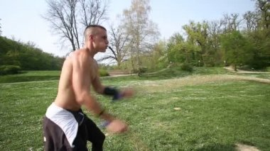 Man training with ropes — Stock Video