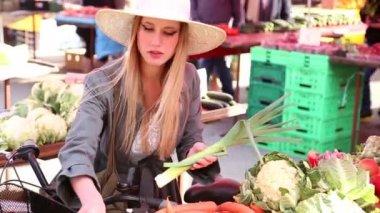 Girl picking leek in the market — Stock Video