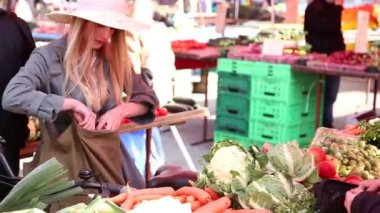 Girl at the market paying for vegetables — 图库视频影像