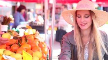 Girl at the market picking fruit — Stock Video