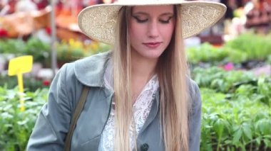 女の子の花の臭いがします。 — ストックビデオ