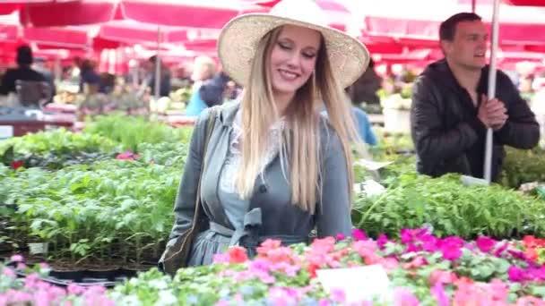 Flor de explotación de la mujer en el mercado — Vídeo de stock