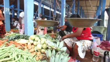 Young local woman selling and people buying at Hikkaduwa market — Stock Video