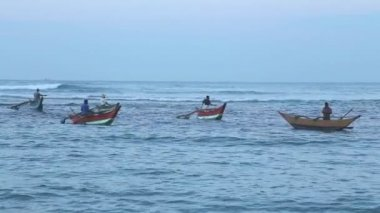 Fishermen in old traditional boats in the sea — Stock Video