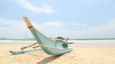 Traditional wooden fishing boat on beach in Weligama — 图库视频影像