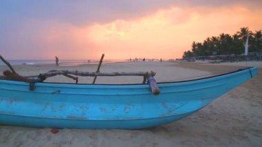 Traditional fishing boat on Hikkaduwa beach — Stockvideo