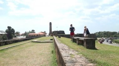 Tourists walking along the walls of the Galle fort — Stock Video