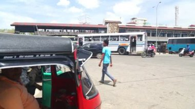 Traffic in front of Galle bus station — Stock Video