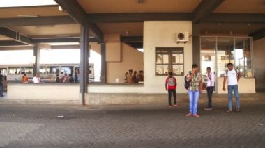 People at the bus station in Galle — Vídeo de Stock