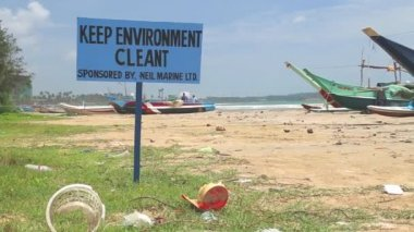 Polluted beach with a sign to keep environment clean — Stock Video