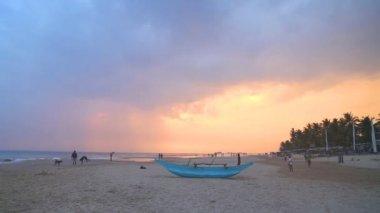 Traditional fishing boat on Hikkaduwa beach — Stock Video