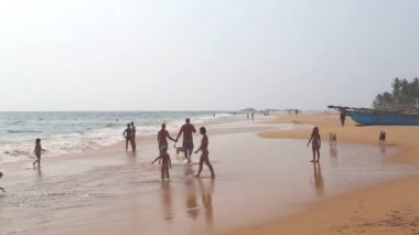 People are enjoying near the ocean — Stock Video