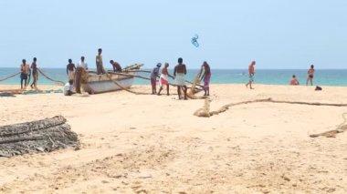Fishermen working on Hikkaduwa beach — Stock Video