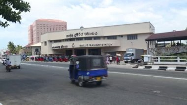 Busy traffic in front of Galle railway station — Stock Video