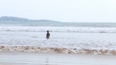 The view of a surfer in the ocean in Weligama — Stock Video