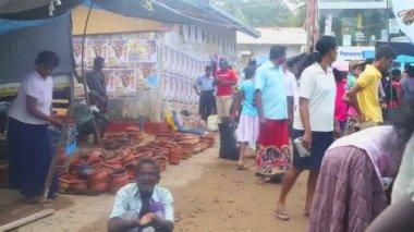 местные жители, продающие их продукцию — Стоковое видео